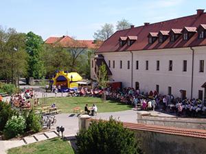 Beitragsbild_MaiBaumAufstellen_2012